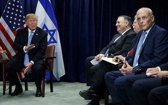 El presidente de los Estados Unidos, Donald Trump, habla durante una reunión con el primer ministro Benjamin Netanyahu en la Asamblea General de las Naciones Unidas, el 26 de septiembre de 2018, en la sede de la ONU. A la derecha están el secretario de Estado Mike Pompeo, el asesor de seguridad nacional John Bolton y el jefe de personal de la Casa Blanca John Kelly. (Foto AP / Evan Vucci)