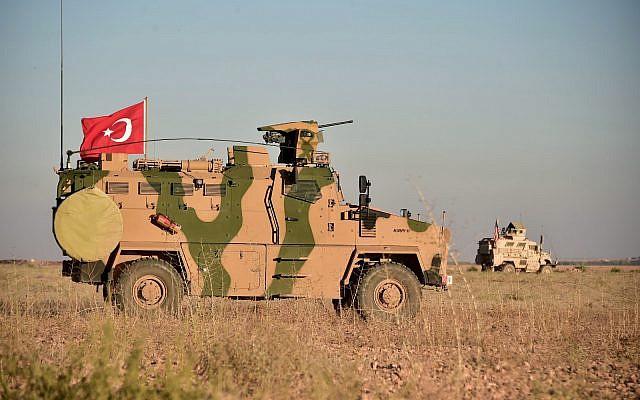 En esta foto tomada el jueves 1 de noviembre de 2018, las tropas turcas y estadounidenses realizan patrullas conjuntas alrededor de la ciudad siria de Manbij, como parte de un acuerdo que apunta a aliviar las tensiones entre los dos aliados de la OTAN. (Ministerio de Defensa turco a través de AP, Pool)