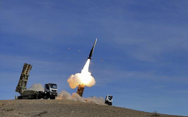 En esta foto proporcionada por el ejército iraní el 5 de noviembre de 2018, el sistema de defensa aérea Talash dispara un misil Sayyad 2 durante los simulacros en un lugar no revelado en Irán. (Ejército iraní a través de AP)