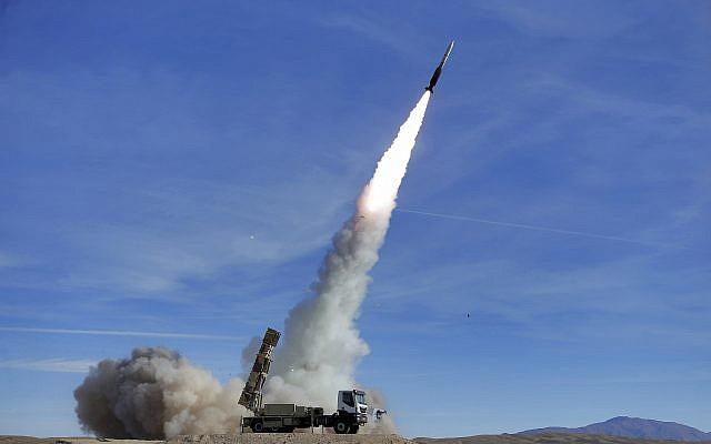 En esta foto provista el lunes 5 de noviembre de 2018 por el ejército iraní, el sistema de defensa aérea Talash dispara un misil Sayyad 2 durante los simulacros en un lugar no revelado en Irán. (Ejército iraní / AP)