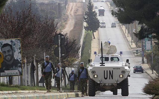 El personal de mantenimiento de la paz de Serbia patrulla la parte libanesa de la frontera entre el Líbano e Israel en la aldea sur de Kfar Kila, Líbano, el martes 4 de diciembre de 2018 (Foto AP / Mohammed Zaatari)