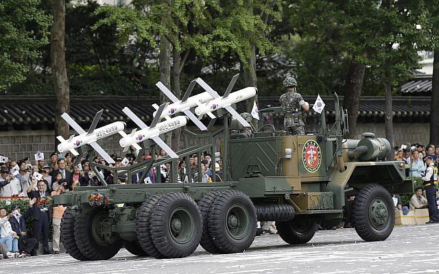 Los misiles Spike de fabricación israelí se muestran durante un desfile en la calle con motivo del 65 aniversario del Día de las Fuerzas Armadas en Seúl, Corea del Sur, 1 de octubre de 2013. (AP / Lee Jin-man / File)
