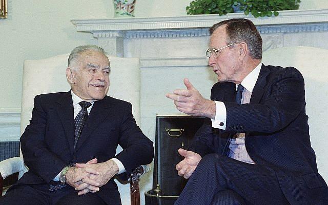 El presidente de los Estados Unidos, George Bush, habla con el primer ministro israelí, Yitzhak Shamir, durante una reunión en la Casa Blanca el 23 de noviembre de 1991 en Washington (AP Photo / Marcy Nighswander)
