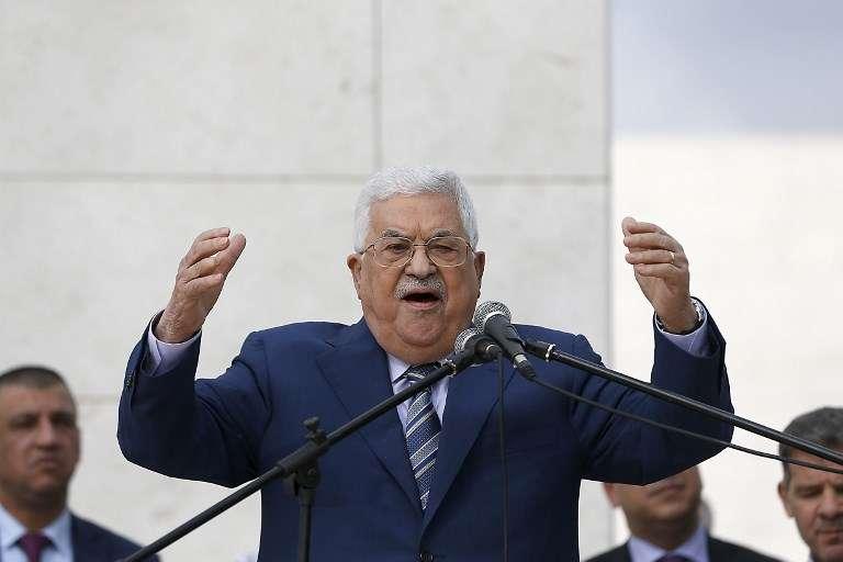 El presidente de la Autoridad Palestina, Mahmoud Abbas, pronuncia un discurso luego de depositar una ofrenda floral en la tumba del fallecido architerrorista egipcio palestino Yasser Arafat en la ciudad cisjordana de Ramallah el 11 de noviembre de 2018. (Abbas Momani / AFP)