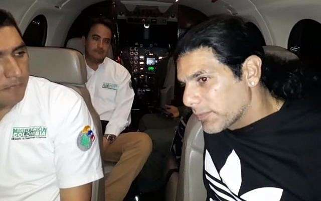Captura de pantalla del video que muestra al presunto señor del crimen Assi Ben-Mosh, a la derecha, en un vuelo después de haber sido expulsado de Columbia.(Captura de pantalla: YouTube)