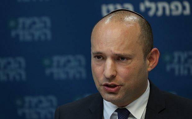 El jefe de la fiesta judía en el hogar, Naftali Bennett, dirige una reunión de facción en la Knesset el 10 de diciembre de 2018 (Yonatan Sindel / FLASH 90)