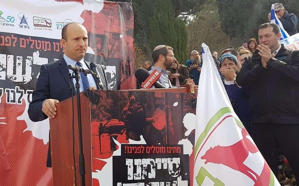 El líder del Hogar judío, Naftali Bennett, asistió a una manifestación en protesta por los ataques terroristas contra israelíes en Cisjordania, frente a la Oficina del Primer Ministro en Jerusalén, 16 de diciembre de 2018. (Cortesía)