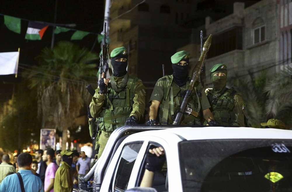 Miembros de las Brigadas Izzedine al-Qassam, el brazo armado de Hamass, que marcan Al-Quds, Jerusalén, día en el campamento de refugiados de Nusseirat, en el centro de la Franja de Gaza, viernes 23 de junio de 2017. (AP / Adel Hana)