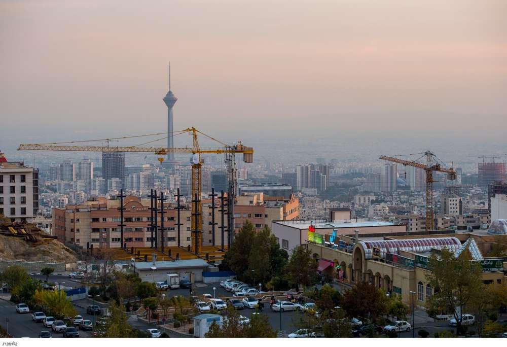 La torre Milad se encuentra más allá de las grúas de construcción y un complejo residencial en Teherán, Irán, el 3 de noviembre de 2018.Bloomberg