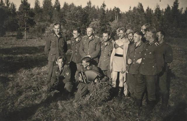 Colección de fotos revela el travestismo entre soldados nazis de Alemania