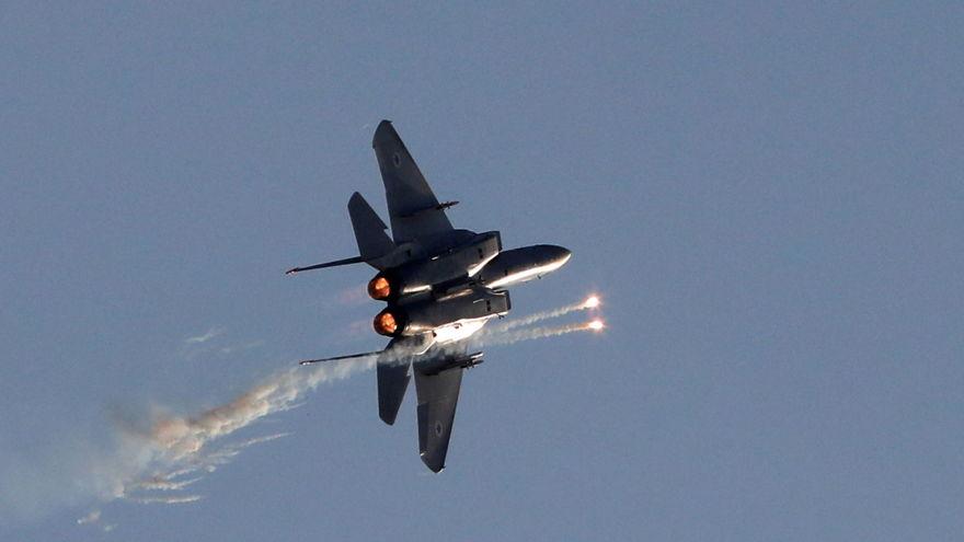 Un McDonnell Douglas F-15E, uno de los pilares de la fuerza aérea israelí, lanzando señuelos para contrarrestar misiles infrarrojos (Reuters)