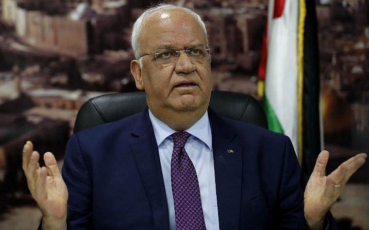 Saeb Erekat habla a periodistas en la ciudad cisjordana de Ramallah, el 1 de septiembre de 2018. (AFP / Ahmad Gharabli)
