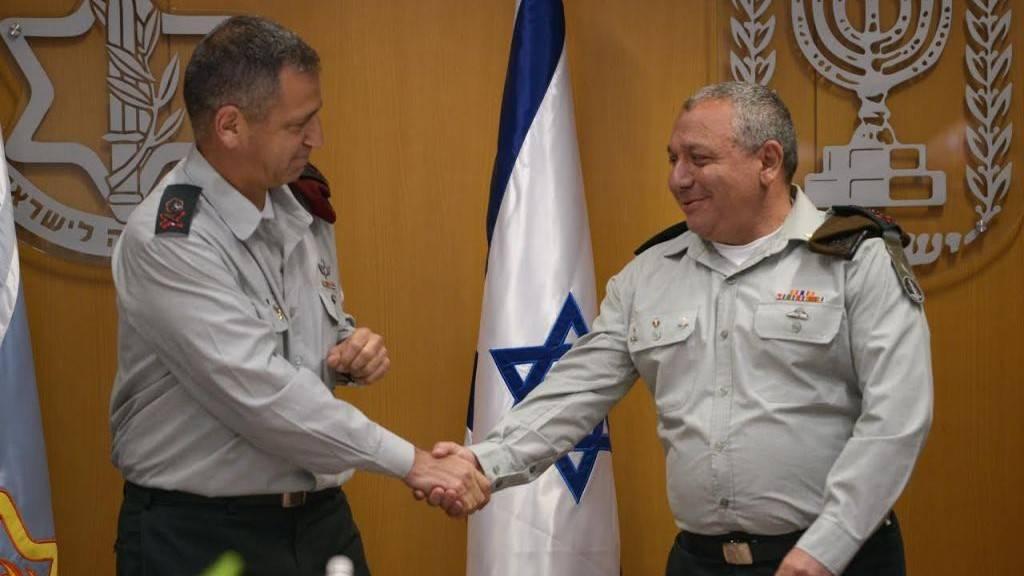 El Jefe de Estado Mayor adjunto, el mayor general Aviv Kochavi, da la mano al Jefe de Estado Mayor de las FDI Gadi Eisenkot en una ceremonia en la sede del ejército de Tel Aviv el 11 de mayo de 2017. (Fuerzas de Defensa de Israel)