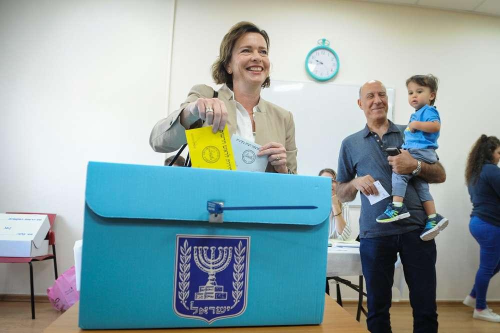 La candidata a la alcaldía de Haifa, Einat Kalisch Rotem, emite sus votos en una mesa de votación en la mañana de las Elecciones Municipales, el 30 de octubre de 2018, en Haifa.(Meir Vaknin / Flash 90)