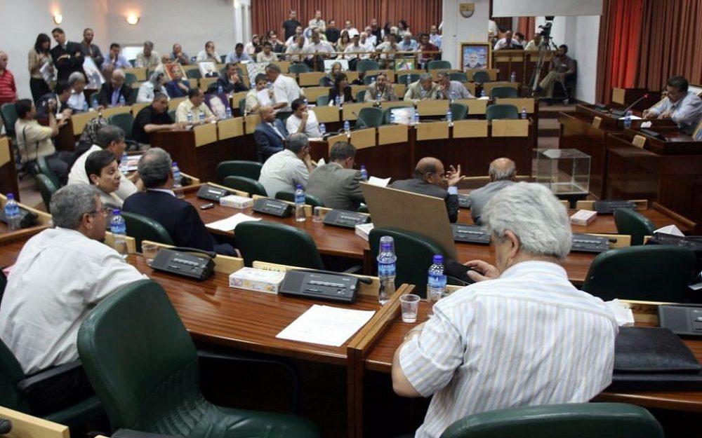 Ilustrativo: los legisladores palestinos asisten a una sesión de emergencia en el Consejo Legislativo Palestino en la ciudad cisjordana de Ramallah, el 11 de julio de 2007 (Ahmad Gharabli / Flash90)