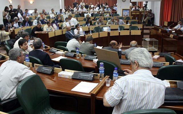 Legisladores palestinos asisten a una sesión de emergencia en el parlamento en el Consejo Legislativo en Ramallah, el 11 de julio de 2007. (Ahmad Gharabli / Flash90)