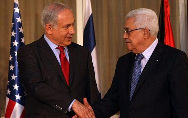 El primer ministro Benjamin Netanyahu da la mano al presidente de la Autoridad Palestina, Mahmoud Abbas, en Jerusalén, el 15 de septiembre de 2010. (Kobi Gideon / Flash90)