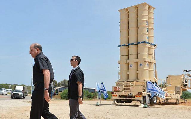 El ministro de Defensa Moshe Ya'alon visitó el lanzador de misiles interceptor Arrow II en la base de la Fuerza Aérea Israelí de Palmahim el 2 de marzo de 2015. (Crédito de la foto: Yossi Zeliger / Flash90)