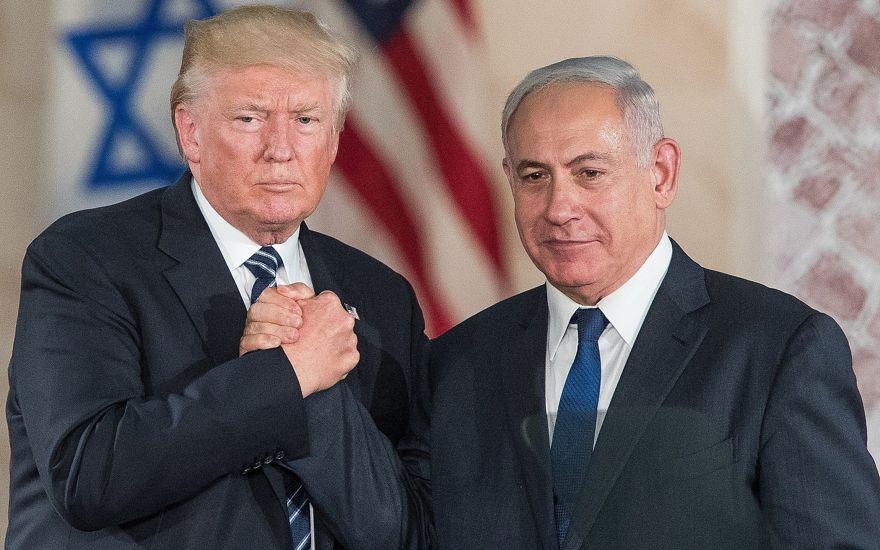 El presidente de los Estados Unidos, Donald Trump, y el primer ministro, Benjamin Netanyahu, se dan la mano después de hablar en el Museo de Israel en Jerusalén el 23 de mayo de 2017. (Yonatan Sindel / Flash90)