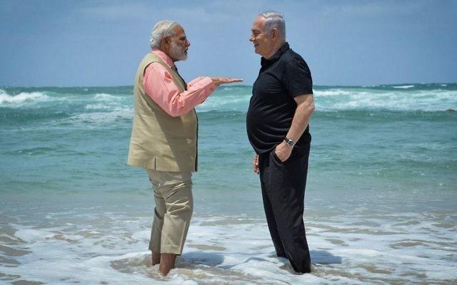 El primer ministro Benjamin Netanyahu (derecha) y su homólogo indio Narendra Modi visitan la planta de desalinización de agua en la playa de Olga el 6 de julio de 2017. (Kobi Gideon / GPO / Flash90)