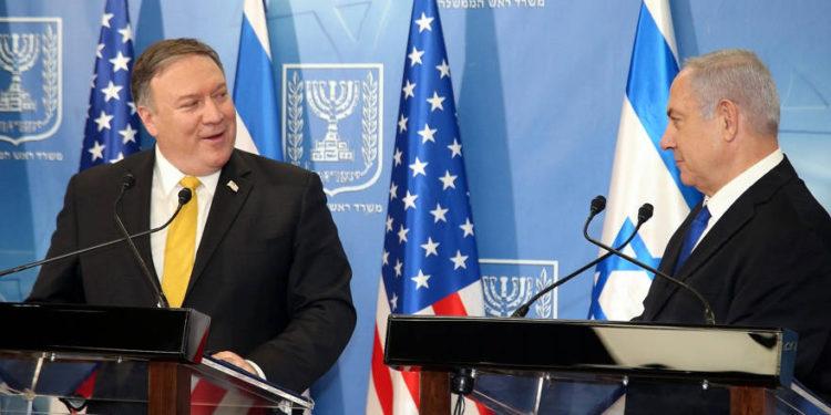 El primer ministro Benjamin Netanyahu (R) celebra una conferencia de prensa conjunta con el secretario de Estado de EE. UU. Mike Pompeo en el Ministerio de Defensa en Tel Aviv el 29 de abril de 2018. (Yariv Katz / Pool / Flash90)