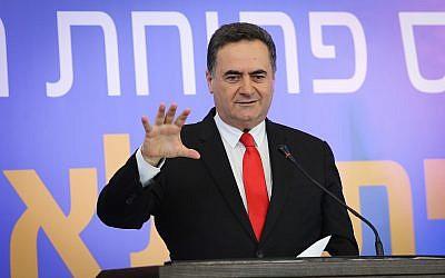 El ministro de Inteligencia y Transporte, Israel Katz, habla durante la ceremonia de inauguración de la nueva estación de tren en la ciudad de Kiryat Malachi, en el sur de Israel, el 17 de septiembre de 2018. (Flash90)