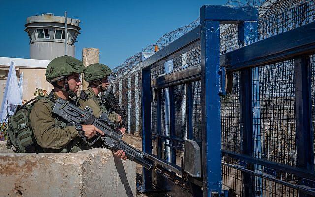 Soldados israelíes guardan guardia en el cruce fronterizo de Quneitra con Siria en los Altos del Golán el 27 de septiembre de 2018. (Basel Awidat / Flash90)