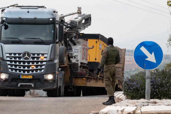 Un camión conduce cerca de la frontera entre Israel y el Líbano a las afueras de Metulla el 4 de diciembre de 2018. (Basel Awidat / Flash90)
