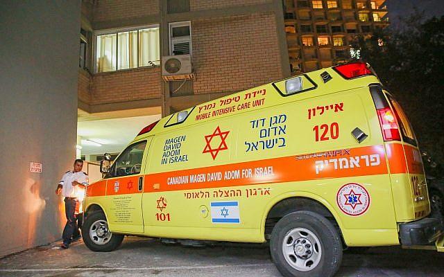 Policía y personal de rescate fuera de la casa del músico Yigal Bashan, quien fue encontrado muerto en su casa en Tel Aviv, el 9 de diciembre de 2018. (FLASH90)
