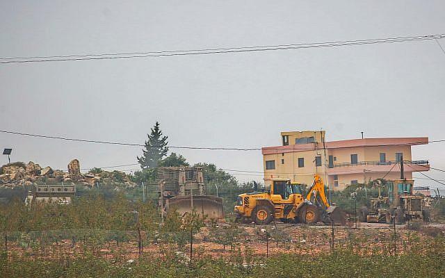 Maquinaria pesada trabaja en la frontera entre Israel y el Líbano cerca de Metulla, norte de Israel, el 6 de diciembre de 2018. (Yaakov Lederman / Flash90)