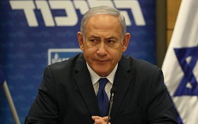 El primer ministro Benjamin Netanyahu lidera una reunión de la facción del Likud en la Knesset el 10 de diciembre de 2018 (Yonatan Sindel / FLASH90)