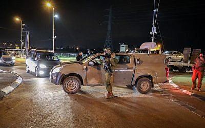 Bloqueos de carreteras en Cisjordania luego de un ataque terrorista en el área donde dos soldados israelíes fueron abatidos por terroristas palestinos y otros dos resultaron gravemente heridos el 13 de diciembre de 2018. (Gershon Elinson / FLASH90)