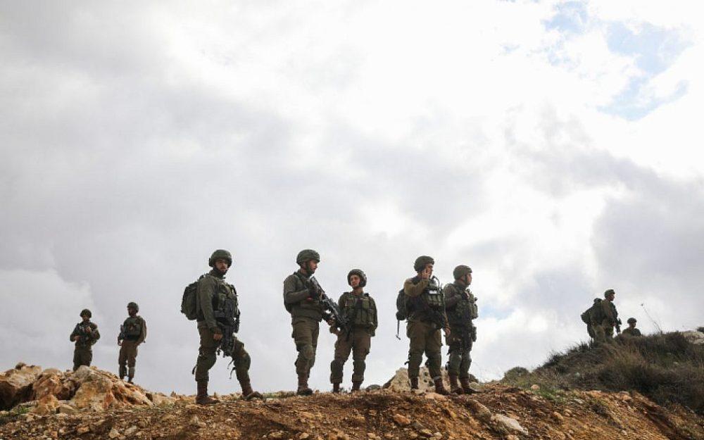 Soldados israelíes custodian la escena de un ataque con disparos cerca de Givat Assaf, en el centro de Cisjordania, el 13 de diciembre de 2018. (Hadas Parush / Flash90)