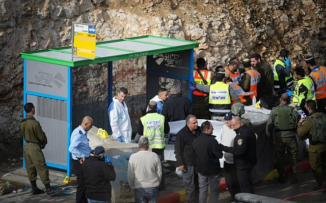 Soldados israelíes, oficiales médicos y policías inspeccionan la escena de un ataque terrorista cerca de Givat Assaf, en el centro de Cisjordania, el 13 de diciembre de 2018. (Hadas Parush / Flash90)