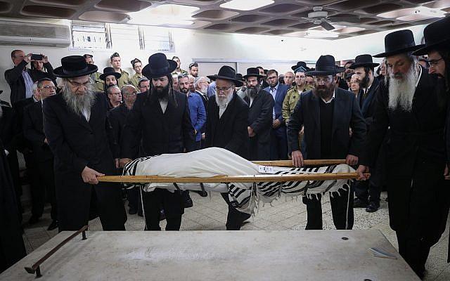Amigos y familiares lloran durante el funeral del soldado de las FDI Yosef Cohen, asesinado en un ataque terrorista en Cisjordania, en la funeraria Shamgar en Jerusalén el 14 de diciembre de 2018. (Yonatan Sindel / Flash90)