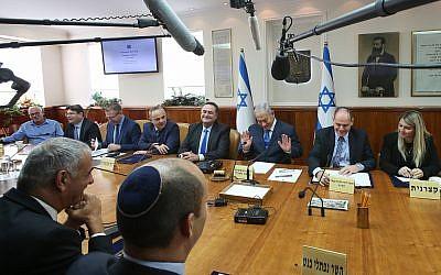 El primer ministro Benjamin Netanyahu dirige la reunión semanal del gabinete en la oficina del primer ministro en Jerusalén el 16 de diciembre de 2018. (Marc Israel Sellem / POOL)