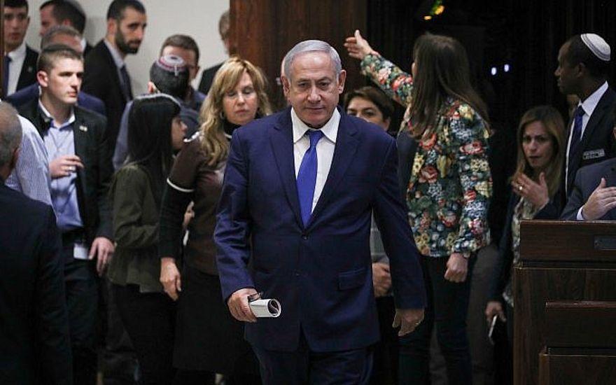El primer ministro Benjamin Netanyahu llega a una sesión plenaria para una votación sobre un proyecto de ley para disolver el parlamento, en la Knesset de Jerusalén el 26 de diciembre de 2018 (Yonatan Sindel / Flash90)