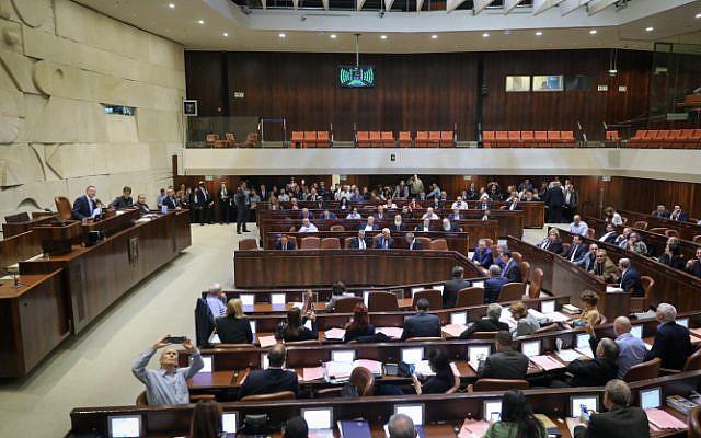 Vista de la sala plenaria de la Knesset durante una sesión para una votación sobre un proyecto de ley para disolver el parlamento el 26 de diciembre de 2018 (Yonatan Sindel / Flash90)