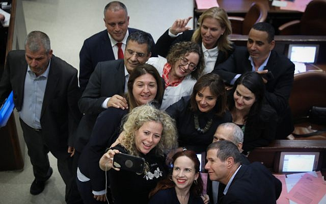 Los miembros de la oposición se toman un selfie mientras celebran después de una votación para disolver el parlamento en la Knesset en Jerusalén el 26 de diciembre de 2018 (Yonatan Sindel / Flash90)