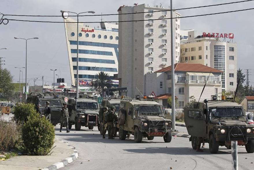 FDI en cacería de terroristas palestinos allanan agencia de noticias oficial Wafa de la AP en Ramallah
