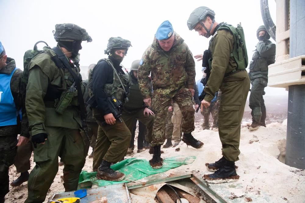 Soldados israelíes muestran al comandante de la FPNUL, mayor general Stefano Del Col, un túnel de Hezbolá que penetró el territorio israelí desde el sur del Líbano el 6 de diciembre de 2018. (Fuerzas de Defensa de Israel)
