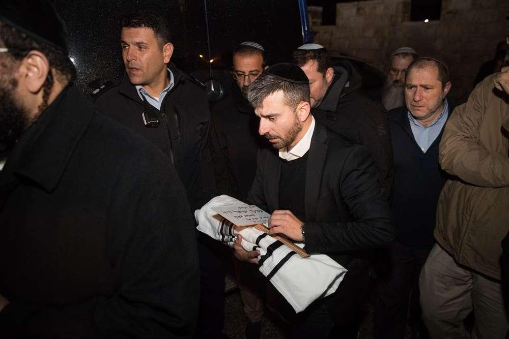 Los familiares de Amichai y Shira Ish-Ran asisten al funeral de su bebé, quien nació prematuramente luego de que su madre resultó herida en un ataque terrorista fuera del poblado de Ofra en la Ribera Occidental, en la ceremonia del Monte de los Olivos en Jerusalén el 12 de diciembre de 2018. (Yonatan Sindel, Flash 90)