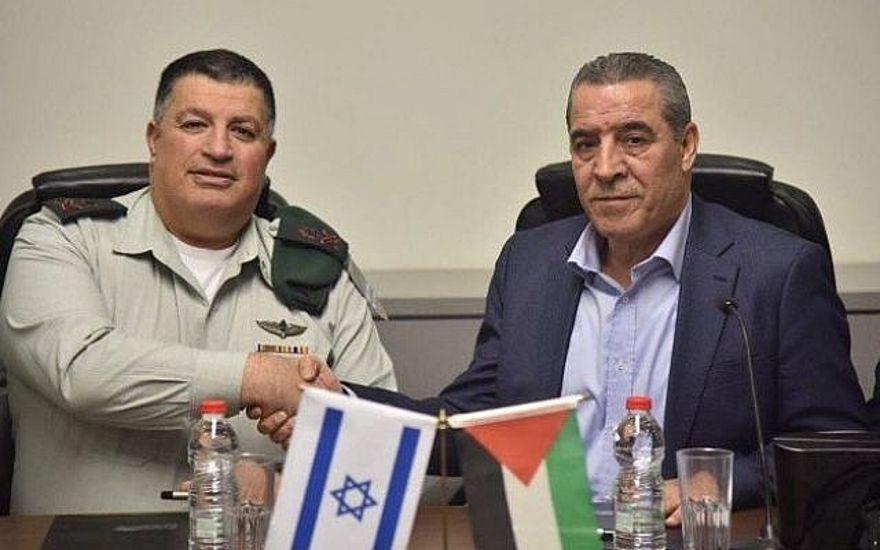Archivo: El Jefe de la Coordinadora de Actividades Gubernamentales en los Territorios (COGAT), Yoav (Poly) Mordechai, y el Ministro de Asuntos Civiles de la Autoridad Palestina, Hussein al-Sheikh, firman un acuerdo para revitalizar el Comité Conjunto de Agua Israelí-Palestina, 15 de enero de 2017 (COGAT )