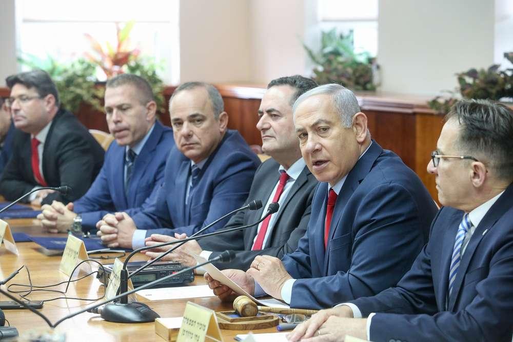 El primer ministro Benjamin Netanyahu dirige la reunión semanal del gabinete, en la oficina del primer ministro en Jerusalén, el 9 de diciembre de 2018. (Marc Israel Sellem / POOL)