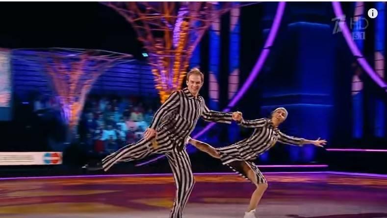 """Una imagen de Tatiana Navka y Andre Burkovsky sobre el rendimiento del patinaje sobre hielo con temática del Holocausto en el concurso de la realidad rusa """"Edad de hielo"""", 26 de noviembre de 2016."""