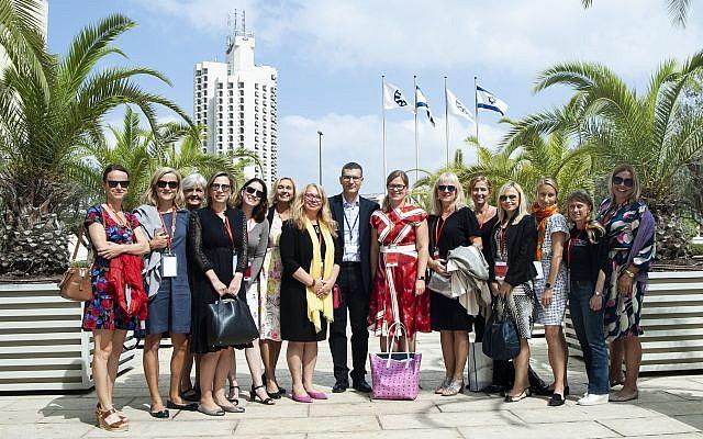 Andy David, centro, el director de Innovación, emprendimiento y Tecnología del Ministerio de Relaciones Exteriores, con un grupo de mujeres de la República Checa que vinieron a buscar asociaciones comerciales en Israel; Sept. 2018 (Cortesía)