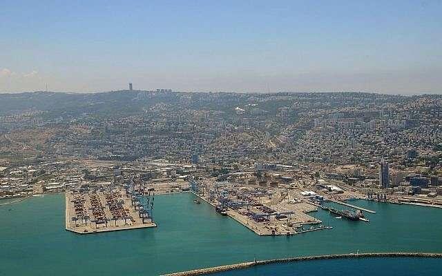 Vista aérea del puerto de Haifa, norte de Israel, 14 de junio de 2014. (Shay Levi / Flash 90)