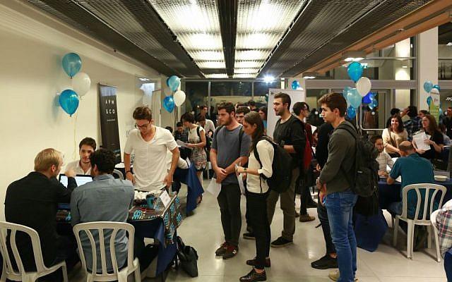 Estudiantes en IDC speed-date con startups (Cortesía: Adi Cohen Zedek)
