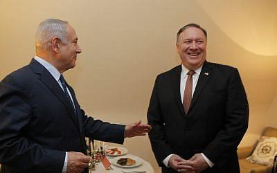 El primer ministro Benjamin Netanyahu y el secretario de Estado de los EE. UU., Mike Pompeo, fotografiados frente a una menorá en la segunda noche del festival Hanukkah, durante su reunión al margen de una conferencia de la OTAN en Bruselas, Bélgica, el 3 de diciembre de 2018. (Gaby Farkash / GPO)