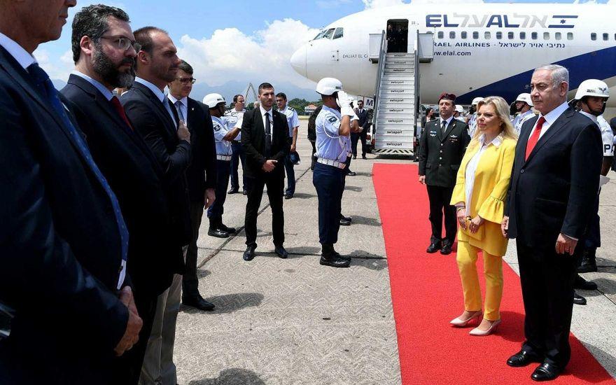 El primer ministro Benjamin Netanyahu (R) y su esposa Sara participan en una ceremonia de bienvenida a su llegada a Río de Janeiro, Brasil, el 28 de diciembre de 2018. El diputado brasileño, Eduardo Bolsonaro, hijo de presidente electo Jair Bolsonaro. (Avi Ohayon / GPO)